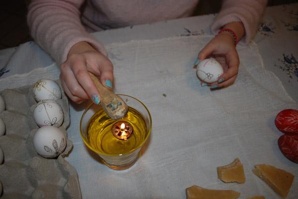το κερί λιώνει με τη φλόγα του καντηλιού