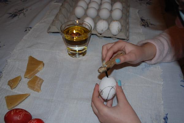 ζωγραφίζοντας αυγά με το κονδύλι